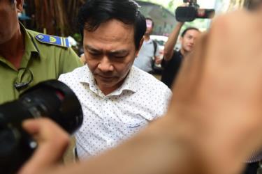 Ông Nguyễn Hữu Linh tới tòa sáng 6-11.