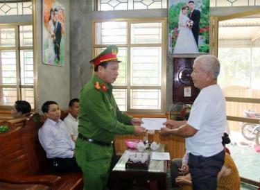 Lãnh đạo Ban ATGT tỉnh thăm hỏi. trao quà cho gia đình ông Bùi Văn Thanh, thôn 1, xã Minh Quán, huyện Trấn Yên.