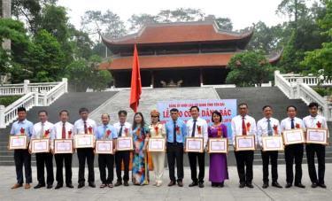 Đảng bộ Khối các cơ quan tỉnh tổ chức Lễ báo công dâng Bác và khen thưởng cho các tập thể điển hình tiên tiến trong học tập và làm theo tư tưởng, đạo đức, phong cách Hồ Chí Minh năm 2019 tại Khu di tích K9, Đá Chông, Ba Vì (Hà Nội).