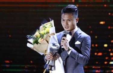 Cầu thủ Nguyễn Quang Hải nhận giải Cầu thủ nam của năm.