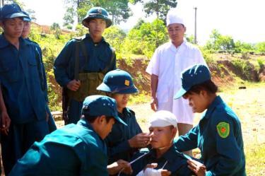 Lực lượng dân quân tự vệ huyện Văn Chấn thực hành sơ cứu y tế trong huấn luyện.