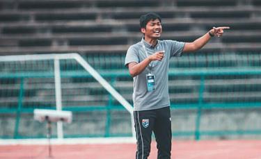 HLV Sritaro nhận việc từ năm 2018 nhưng không giúp đội U19 Thái Lan tiến bộ.