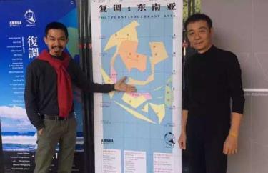 Nghệ sĩ Trần Lương (phải) bên poster triển lãm tại Nam Kinh không còn