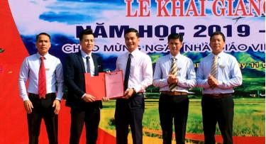 Đồng chí Dương Văn Tiến  - Phó Chủ tịch UBND tỉnh trao Quyết định công nhận trường hạng I cho Trường Trung cấp Dân tộc nội trú Nghĩa Lộ