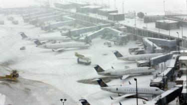 Sân bay quốc tế O'Hara ở Chicago bị ảnh hưởng vì bão tuyết năm 2015.