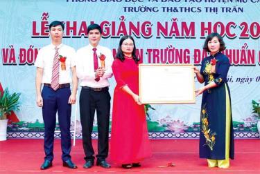 Đồng chí Lương Thị Xuyến - Phó Chủ tịch UBND huyện Mù Cang Chải trao Bằng công nhân Trường tiểu học và THCS thị trấn Mù Cang Chải đạt chuẩn quốc gia mức độ 1.