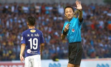 Trọng Iida điều khiển trận Hà Nội - Thanh Hóa ở V-League 2017.