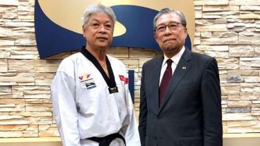Võ sư Trương Ngọc Để - Chủ tich VTF (trái) và tân Chủ tịch Kukkiwon, ông Choi Young-Ryul tại khóa thi lên đai.