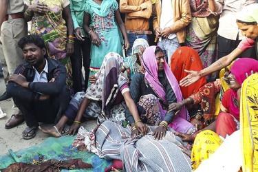 Thi thể các nạn nhân trong một vụ tai nạn giao thông đường bộ ở Ấn Độ. Ảnh minh họa.