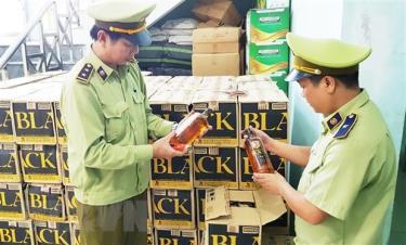 Lực lượng chức năng kiểm tra số rượu ngoại lậu vừa bắt giữ.