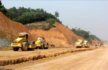 Các nhà thầu tập trung máy móc đẩy nhanh tiến độ thi công tuyến đường nối quốc lộ 32C với đường cao tốc Nội Bài - Lào Cai.