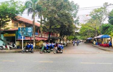 Tình trạng học sinh đi xe máy điện, xe đạp điện không đội mũ bảo hiểm diễn ra khá phổ biến trên địa bàn thị xã Nghĩa Lộ.