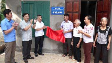 Lãnh đạo thành phố Yên Bái gắn biển hỗ trợ làm nhà cho hộ nghèo tại xã Minh Bảo.
