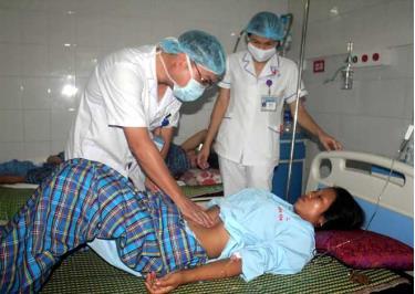 Cán bộ Trung tâm Y tế Văn Yên khám chữa bệnh  cho người dân tham gia bảo hiểm y tế.