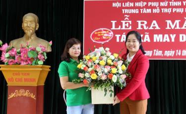 Bà Hà Thị Đóa – Phó Chủ tịch Hội LHPN tỉnh Yên Bái tặng hoa chúc mừng HTX May Duy Tiến.