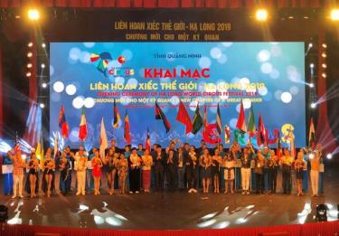 Ban Tổ chức tặng hoa và Kỷ niệm chương cho các Đoàn tham dự Liên hoan.