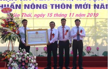 Đồng chí Nguyễn Phúc Cường – Phó Giám đốc Sở Nông nghiệp và Phát triển nông thôn  trao Quyết định của UBND tỉnh công nhận xã Yên Thái (Văn Yên) đạt chuẩn nông thôn mới năm 2019.