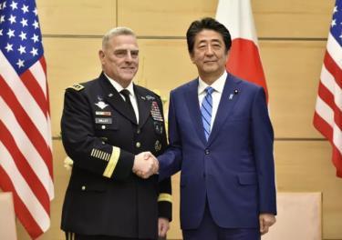 Thủ tướng Nhật Bản Abe Shinzo bắt tay Chủ tịch Hội đồng Tham mưu trưởng Liên quân Hoa Kỳ Mark Milley.