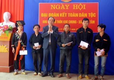 Đồng chí Tạ Văn Long – Phó Chủ tịch Thường trực UBND tỉnh trao quà cho 5 hộ nghèo thôn Khe Chung, xã Xuân Tầm