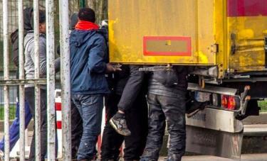 Cảnh sát Tây Ban Nha bắt giữ xe tải chứa đầy người nhập cư.