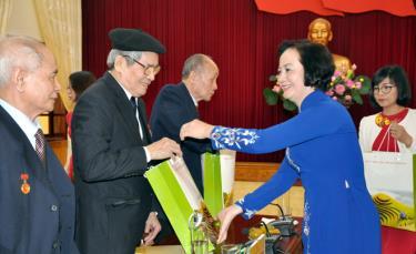 Đồng chí Phạm Thị Thanh Trà - Ủy viên Ban Chấp hành Trung ương Đảng, Bí thư Tỉnh ủy, Chủ tịch HĐND tỉnh trao quà, chúc mừng các nhà giáo xung phong.