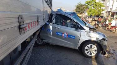 Chiếc taxi nát bét sau cú tông.