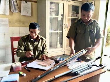 Công an xã Kiên Thành tiếp nhận vũ khí giao nộp.