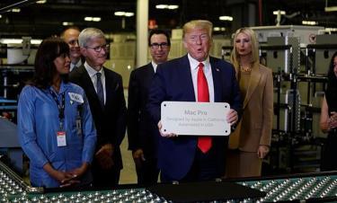 Trump thăm nhà máy Mac Pro cùng CEO Apple Tim Cook.