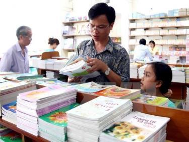 Phụ huynh và học sinh lựa chọn sách giáo khoa.