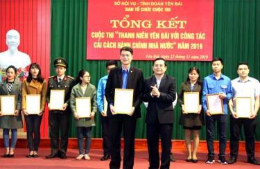 Ban tổ chức trao giải Nhất cho đoàn viên Trương Mạnh Quyết - Sở Khoa học và Công nghệ.