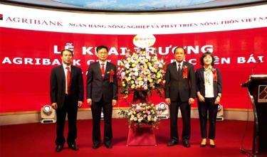 Đồng chí Tạ Văn Long tặng hoa chúc mừng sự ra đời của Ngân hàng Agribank Bắc Yên Bái.