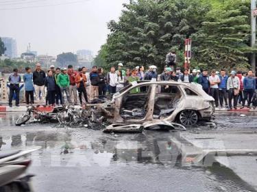 Hiện trường vụ tai nạn sáng 20/11/2019, tại cầu Hòa Mục, đoạn nút giao Lê Văn Lương - Nguyễn Ngọc Vũ (Hà Nội), khi một chiếc ô tô mang hiệu Mercedes đi qua ngã tư với tốc độ cao đâm vào 2 xe máy, 1 xe đạp điện.
