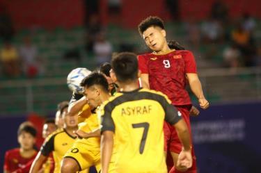 Với 4 bàn thắng vào lưới Brunei, Hà Đức Chinh (9) san bằng kỷ lục ghi 4 bàn/trận của đàn anh Lê Huỳnh Đức tồn tại suốt 20 năm qua.
