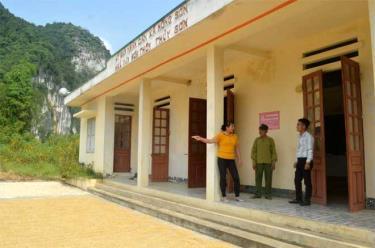 Ông Nguyễn Văn Lộc trò chuyện với lãnh đạo xã Mông Sơn và Trưởng thôn Làng Mới tại nhà văn hóa thôn.