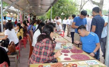 Chợ đá quý là một điểm du lịch của huyện Lục Yên.