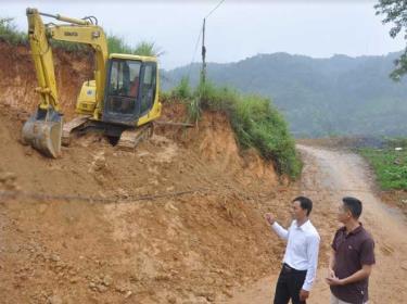 Anh Hoàng Đình Văn (áo trắng) giới thiệu với lãnh đạo Hội Nông dân huyện Trạm Tấu về hiệu quả đầu tư làm dịch vụ máy xúc.