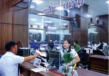 Cán bộ Sở Giáo dục và Đào tạo tiếp nhận hồ sơ của người dân tại Trung tâm Phục vụ hành chính công tỉnh.