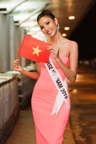 Á hậu Hoàng Thùy lên đường dự thi Hoa hậu Hoàn vũ 2019.