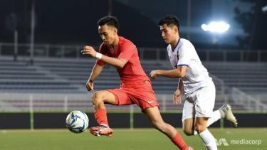 U22 Lào (trái) dự SEA Games 30 với nhiều cầu thủ trẻ.
