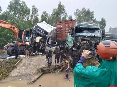Hiện trường tan nát của vụ tai nạn.