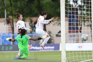 Pha bóng Tuyết Dung ghi bàn mở tỷ số cho đội tuyển nữ Việt Nam.