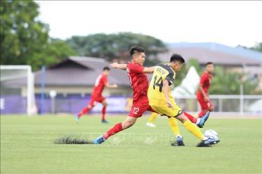 Một pha tranh chấp bóng quyết liệt của cầu thủ U22 Việt Nam - U22 Brunei.