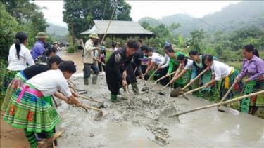 Người dân xã Hồng Ca, huyện Trấn Yên làm đường giao thông nông thôn, xây dựng nông thôn mới