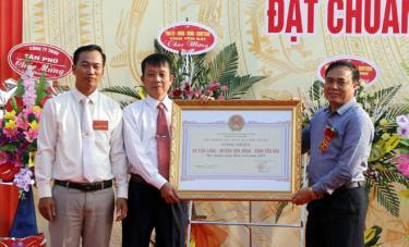 Đồng chí Trần Thế Hùng - Giám đốc Sở Nông nghiệp và Phát triển nông thôn tỉnh trao Bằng công nhận đạt chuẩn NTM cho Đảng bộ, chính quyền nhân dân xã Văn Lãng.