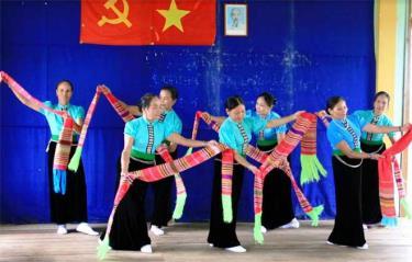 Người dân xã Thanh Lương, huyện Văn Chấn bảo tồn các điệu múa Thái.