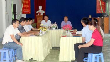 Lãnh đạo huyện Văn Yên kiểm tra công tác chuẩn bị nhân sự cho đại hội Đảng tại Chi bộ thôn Trung Tâm, xã Đông Cuông.
