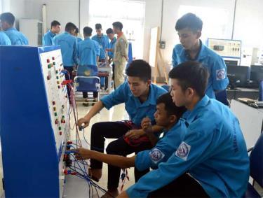 Học sinh Trường Cao đẳng Nghề Yên Bái trong giờ thực hành.