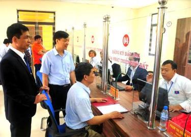 Lãnh đạo huyện Lục Yên nắm bắt việc giải quyết thủ tục về đất đai của người dân và doanh nghiệp tại Bộ phận Phục vụ hành chính công huyện Lục Yên.