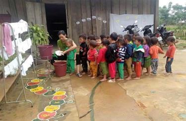 Giáo viên của Trường Mầm non Sùng Đô luôn hết lòng quan tâm, chăm sóc trẻ mầm non.