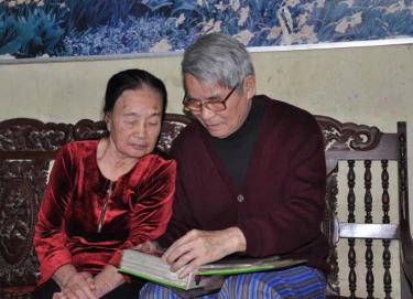Vợ chồng nhà giáo Nguyễn Lê Thắng - Lê Minh Phụng ôn lại kỷ niệm.